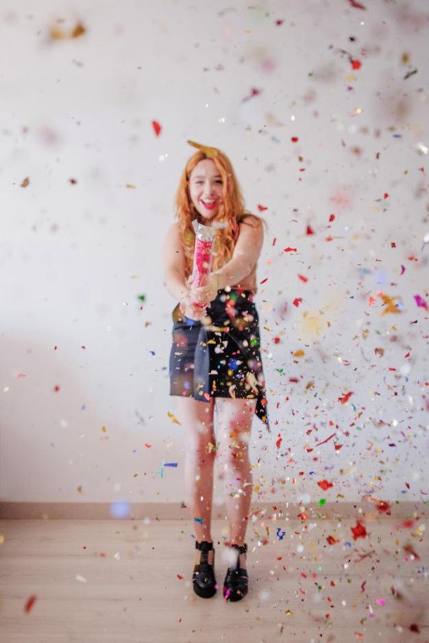 alegre-mujer-celebrando-partido-popper_23-2147651745.jpg